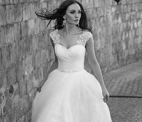 Buche hier deine Brautkleider online Modelle direkt zu dir nach Hause.